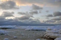 Παγωμένο seascape με τα ζωηρόχρωμα σύννεφα στο ηλιοβασίλεμα Στοκ Φωτογραφίες