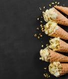 Παγωτό βανίλιας στον κώνο βαφλών με τα καρύδια Στοκ Εικόνες