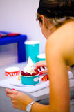 Παγωτό γιαουρτιού που εξυπηρετείται Στοκ εικόνες με δικαίωμα ελεύθερης χρήσης