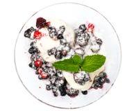 Παγωτό με τα μούρα και τη μαρμελάδα Στοκ εικόνες με δικαίωμα ελεύθερης χρήσης