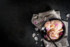Παγωτό με τα ροδαλά πέταλα Στοκ Φωτογραφία