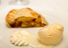 Παγωτό με την πίτα της Apple στο υπόβαθρο Στοκ Φωτογραφίες