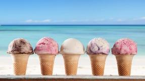 παγωτό πάγου κρέμας κώνων σοκολάτας ανασκόπησης πέρα από το λευκό βανίλιας φραουλών φυστικιών Στοκ Φωτογραφίες