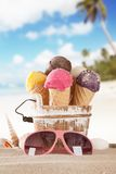 παγωτό πάγου κρέμας κώνων σοκολάτας ανασκόπησης πέρα από το λευκό βανίλιας φραουλών φυστικιών Στοκ Φωτογραφία
