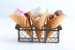 παγωτό πάγου κρέμας κώνων σοκολάτας ανασκόπησης πέρα από το λευκό βανίλιας φραουλών φυστικιών Στοκ εικόνα με δικαίωμα ελεύθερης χρήσης