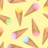Παγωτό σε έναν κώνο βαφλών σε ένα κίτρινο άνευ ραφής σχέδιο υποβάθρου ελεύθερη απεικόνιση δικαιώματος