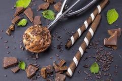 Παγωτό σοκολάτας στη σέσουλα στη μαύρη πλάκα Στοκ Φωτογραφίες