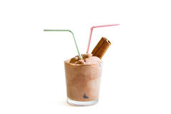 Παγωτό σοκολάτας στο άσπρο υπόβαθρο με την κανέλα που απομονώνεται Στοκ Εικόνες