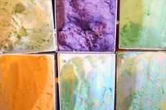 Παγωτό στους πλαστικούς κάδους που επιδεικνύονται Στοκ φωτογραφία με δικαίωμα ελεύθερης χρήσης