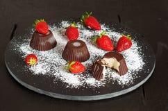 Παγωτό τυριών εξοχικών σπιτιών με τις φράουλες στοκ φωτογραφία με δικαίωμα ελεύθερης χρήσης