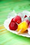 Παγωτό φρούτων και νωποί καρποί, σε μια ξύλινη περίληψη backgroun Στοκ Φωτογραφίες