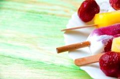 Παγωτό φρούτων και νωποί καρποί, σε μια ξύλινη περίληψη backgroun Στοκ Εικόνα