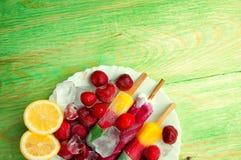 Παγωτό φρούτων και νωποί καρποί, σε μια ξύλινη περίληψη backgroun Στοκ φωτογραφίες με δικαίωμα ελεύθερης χρήσης