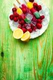 Παγωτό φρούτων και νωποί καρποί, σε μια ξύλινη περίληψη backgroun Στοκ Φωτογραφία