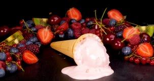 Παγωτό φρούτων που λειώνει στο μαύρο πίνακα απόθεμα βίντεο