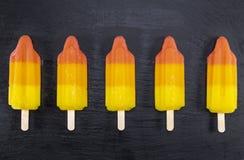 Παγωτό φρούτων popsicles στο μαύρο πίνακα πλακών Στοκ φωτογραφία με δικαίωμα ελεύθερης χρήσης