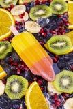 Παγωτό φρούτων popsicles στο Μαύρο Στοκ φωτογραφίες με δικαίωμα ελεύθερης χρήσης