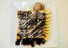 Παγωτό φρυγανιάς μελιού με το ψωμί, μπανάνα, brownie Στοκ Εικόνες