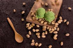 Παγωτό φυστικιών στον παλαιό πίνακα στοκ φωτογραφία με δικαίωμα ελεύθερης χρήσης
