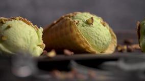 Παγωτό φυστικιών στους κώνους βαφλών φιλμ μικρού μήκους
