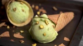 Παγωτό φυστικιών στους κώνους βαφλών απόθεμα βίντεο