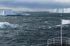 Παγόβουνα που βλέπουν από ένα σκάφος Στοκ Φωτογραφίες