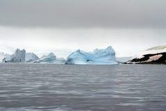 Παγόβουνα που επιπλέουν στις θάλασσες της Ανταρκτικής Στοκ φωτογραφία με δικαίωμα ελεύθερης χρήσης