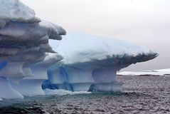 Παγόβουνα που επιπλέουν στις θάλασσες της Ανταρκτικής Στοκ εικόνα με δικαίωμα ελεύθερης χρήσης