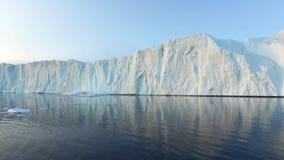 Παγόβουνα που λειώνουν στον αρκτικό ωκεανό στη Γροιλανδία φιλμ μικρού μήκους