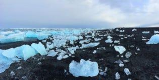 Παγόβουνα στη μαύρη άμμο της παραλίας διαμαντιών στη νότια Ισλανδία Στοκ φωτογραφία με δικαίωμα ελεύθερης χρήσης
