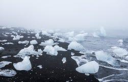 Παγόβουνα στη μαύρη ηφαιστειακή παραλία, Ισλανδία Στοκ Εικόνα