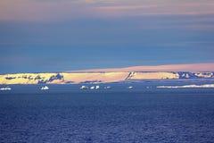 Παγόβουνα στο βρετανικό κανάλι Έδαφος Franz-Joseph Στοκ φωτογραφία με δικαίωμα ελεύθερης χρήσης