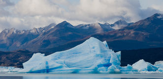 Παγόβουνα στο νερό, ο παγετώνας Perito Moreno Αργεντινοί Στοκ Φωτογραφίες