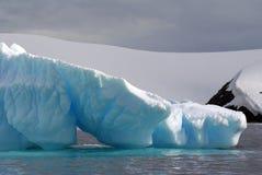 Παγόβουνο που επιπλέει στις θάλασσες της Ανταρκτικής Στοκ Εικόνα