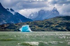 Παγόβουνο που επιπλέει στην γκρίζα λίμνη Torres del Paine του National πάρκου - Παταγωνία, Χιλή Στοκ εικόνα με δικαίωμα ελεύθερης χρήσης