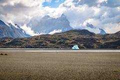Παγόβουνο που επιπλέει στην γκρίζα λίμνη Torres del Paine του National πάρκου - Παταγωνία, Χιλή Στοκ εικόνες με δικαίωμα ελεύθερης χρήσης