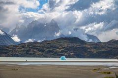 Παγόβουνο που επιπλέει στην γκρίζα λίμνη Torres del Paine του National πάρκου - Παταγωνία, Χιλή Στοκ φωτογραφίες με δικαίωμα ελεύθερης χρήσης