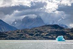 Παγόβουνο που επιπλέει στην γκρίζα λίμνη Torres del Paine του National πάρκου - Παταγωνία, Χιλή Στοκ Εικόνα