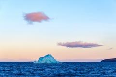 Παγόβουνο στις ακτές Novaya Zemlya Στοκ Φωτογραφία