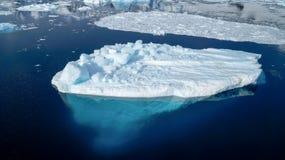 Παγόβουνο στο κανάλι Neumayer στην Ανταρκτική Στοκ Φωτογραφία