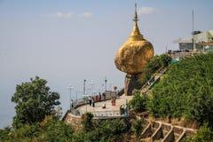 Παγόδα Kyaiktiyo γνωστή επίσης ως χρυσός βράχος, κάτω από τη θερμότητα μεσημβρίας, κράτος Mon, το Μιανμάρ Στοκ φωτογραφίες με δικαίωμα ελεύθερης χρήσης