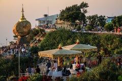 Παγόδα Kyaiktiyo γνωστή επίσης ως χρυσός βράχος στο ηλιοβασίλεμα, κράτος Mon, το Μιανμάρ Στοκ εικόνες με δικαίωμα ελεύθερης χρήσης