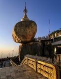 Παγόδα Kyaiktiyo γνωστή επίσης ως χρυσός βράχος στο ηλιοβασίλεμα, κράτος Mon, το Μιανμάρ Στοκ Φωτογραφία