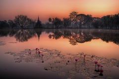 Παγόδα σε Sukhothai πριν από το ηλιοβασίλεμα με την αντανάκλαση λιμνών Στοκ φωτογραφία με δικαίωμα ελεύθερης χρήσης