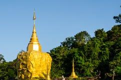 Παγόδα Phadan στο mountian, χρυσό βράχο, Sakonnakorn Ταϊλάνδη Στοκ Εικόνα