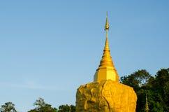 Παγόδα Phadan στο mountian, χρυσό βράχο, Sakonnakorn Ταϊλάνδη Στοκ Φωτογραφίες