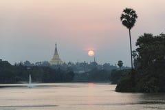 Παγόδα Shwedagon με τον ουρανό ηλιοβασιλέματος από τη λίμνη Kandawgyi, Yangon, μου Στοκ Φωτογραφίες