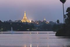 Παγόδα Shwedagon στον ουρανό λυκόφατος, Yangon, το Μιανμάρ Στοκ Εικόνες