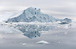 Παγώνει και παγόβουνα των πολικών περιοχών της γης Στοκ Φωτογραφία