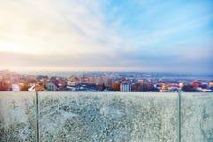 Παγώνοντας έξω, χειμερινή εικονική παράσταση πόλης μέσω των ραμπών γυαλιού που καλύπτονται με τον παγετό στοκ φωτογραφίες